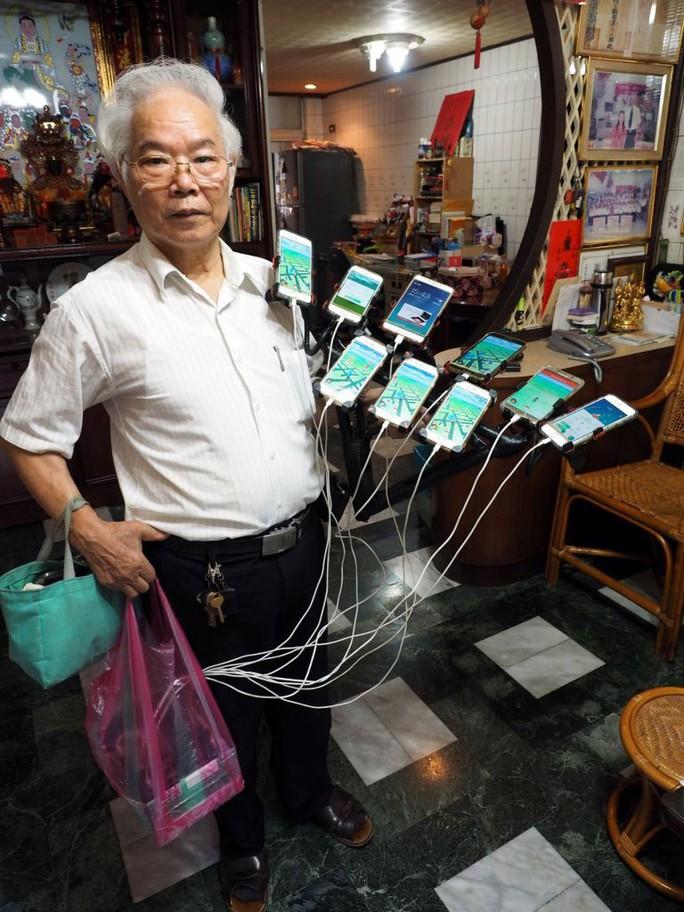 Cụ ông 70 tuổi gắn 11 điện thoại vào xe đạp để chơi Pokemon Go - Ảnh 2.