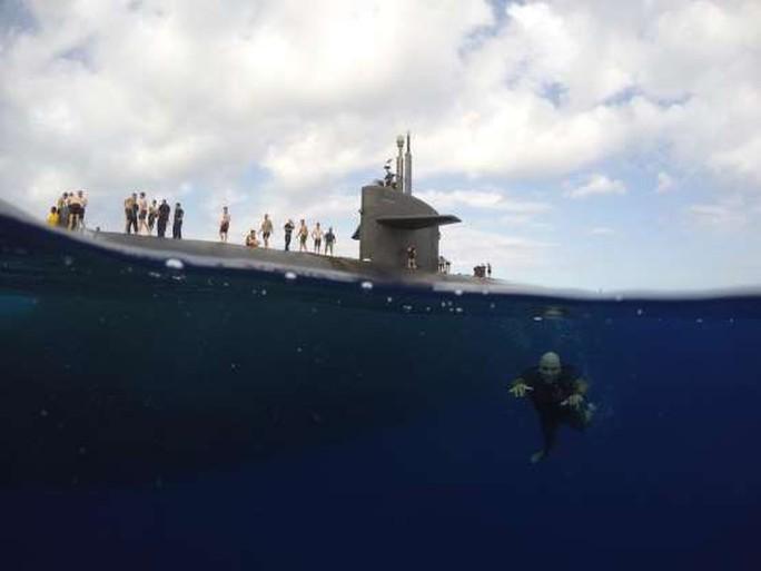 Choáng ngợp cảnh thủy thủ Mỹ bơi cạnh tàu ngầm hạt nhân - Ảnh 7.