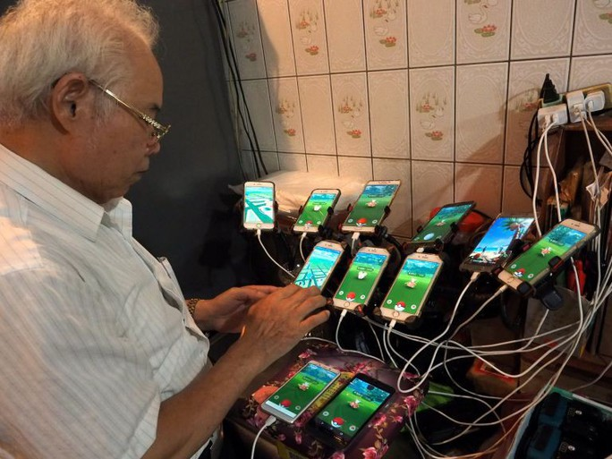 Cụ ông 70 tuổi gắn 11 điện thoại vào xe đạp để chơi Pokemon Go - Ảnh 3.