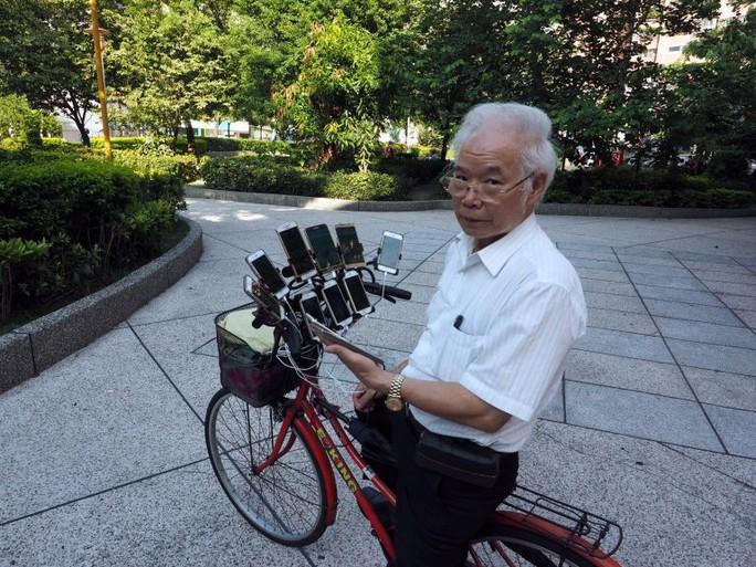 Cụ ông 70 tuổi gắn 11 điện thoại vào xe đạp để chơi Pokemon Go - Ảnh 6.