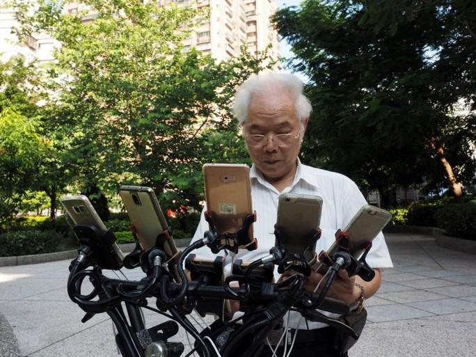 Cụ ông 70 tuổi gắn 11 điện thoại vào xe đạp để chơi Pokemon Go - Ảnh 5.