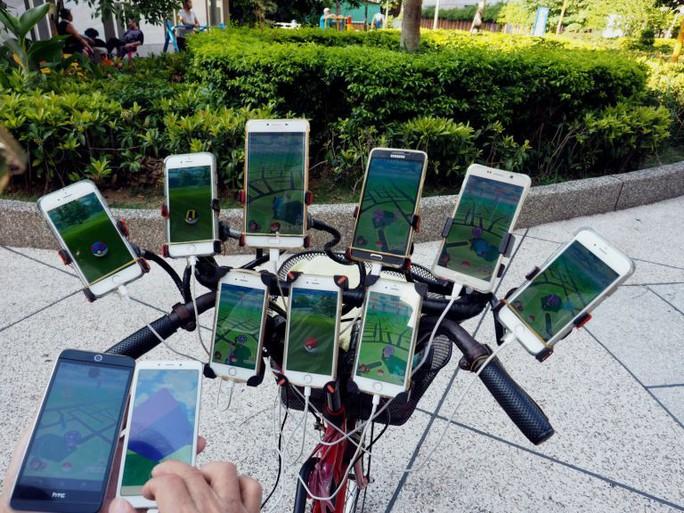 Cụ ông 70 tuổi gắn 11 điện thoại vào xe đạp để chơi Pokemon Go - Ảnh 4.
