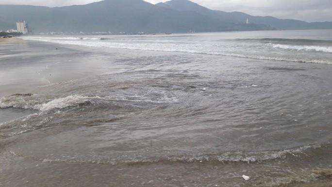 Nước thải đen ngòm lại tuôn ra biển Đà Nẵng lúc trời đang mưa - Ảnh 4.