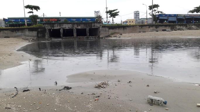 Nước thải đen ngòm lại tuôn ra biển Đà Nẵng lúc trời đang mưa - Ảnh 3.