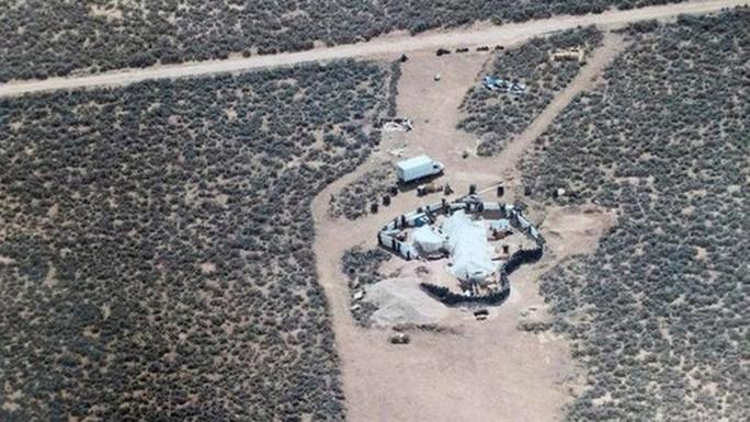 """11 trẻ bị giam giữ tại sa mạc """"được huấn luyện xả súng trường học"""" - Ảnh 1."""
