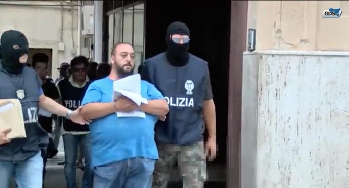 Lộ trò đập nát tay chân để đòi bảo hiểm ở Ý - Ảnh 1.