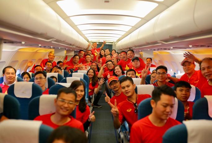 Hơn 300 CĐV bay sớm sang Indonesia tiếp lửa cho Olympic Việt Nam tranh HCĐ - Ảnh 12.
