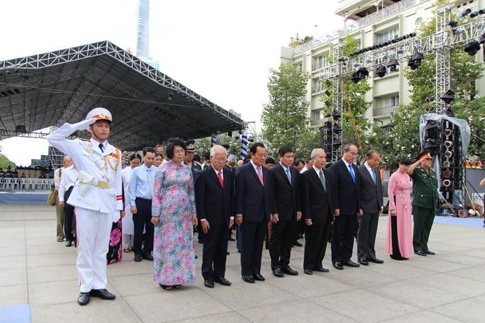 Lãnh đạo TP HCM dâng hương Chủ tịch Hồ Chí Minh - Ảnh 2.