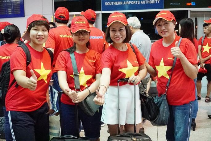 Hơn 300 CĐV bay sớm sang Indonesia tiếp lửa cho Olympic Việt Nam tranh HCĐ - Ảnh 11.