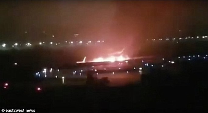 Nga: Máy bay trượt khỏi đường băng, bốc cháy dữ dội - Ảnh 1.