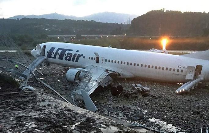 Nga: Máy bay trượt khỏi đường băng, bốc cháy dữ dội - Ảnh 3.