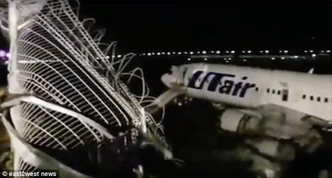 Nga: Máy bay trượt khỏi đường băng, bốc cháy dữ dội - Ảnh 4.