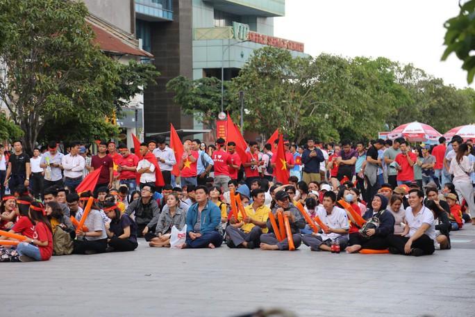 TP HCM cấm xe vào nội đô để cổ vũ Olympic Việt Nam tranh hạng ba - Ảnh 1.