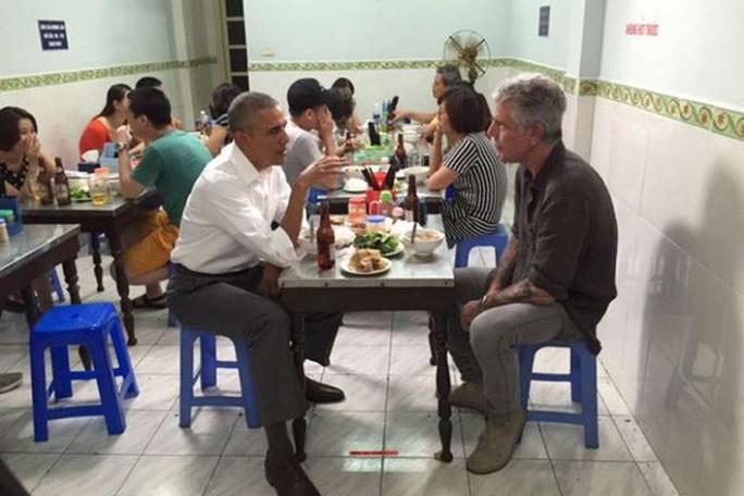 Cố đầu bếp ăn bún chả Hà Nội cùng ông Obama được trao giải Emmy - Ảnh 2.
