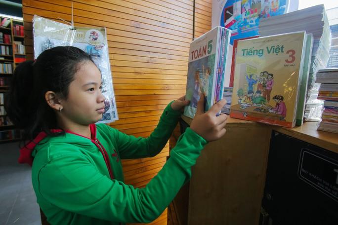 Tận thu sách giáo khoa: Chương trình phá sản vẫn bán sách - Ảnh 1.
