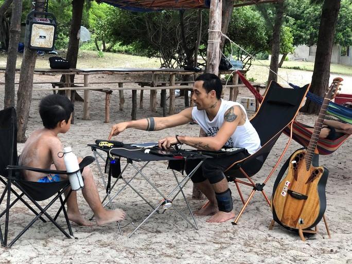 Phạm Anh Khoa xuất hiện sau xì-căng-đan gạ tình - Ảnh 3.