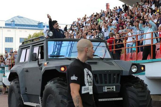 Bạn gái tố nợ, Maradona bị bắt ở sân bay Mexico - Ảnh 2.