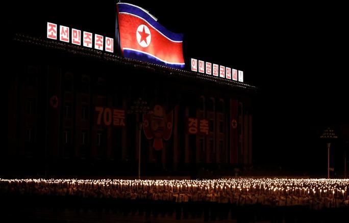 Cận cảnh màn đồng diễn đuốc rực lửa có một không hai tại Triều Tiên - Ảnh 9.