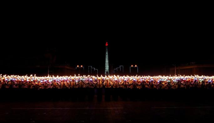 Cận cảnh màn đồng diễn đuốc rực lửa có một không hai tại Triều Tiên - Ảnh 14.