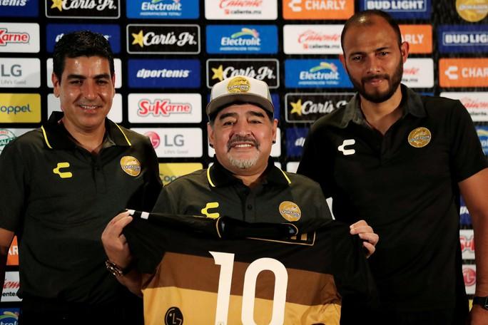 Bạn gái tố nợ, Maradona bị bắt ở sân bay Mexico - Ảnh 4.