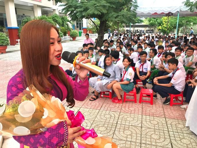 Nghệ sĩ Bình Tinh dốc sức đưa sân khấu vào trường học - Ảnh 1.