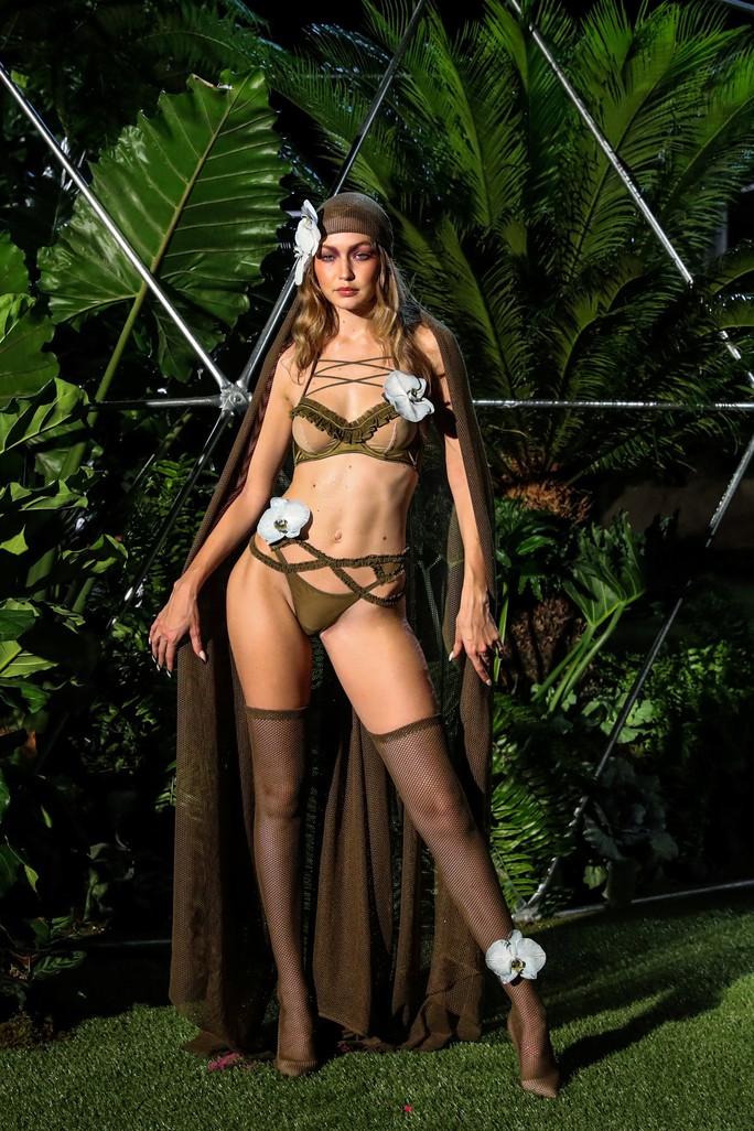 Siêu mẫu Gigi và Bella Hadid đẹp lạ với nội y Rihanna - Ảnh 6.