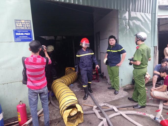 TP HCM: Nhà kho của công ty hóa chất cháy gần 1 giờ đồng hồ - Ảnh 1.
