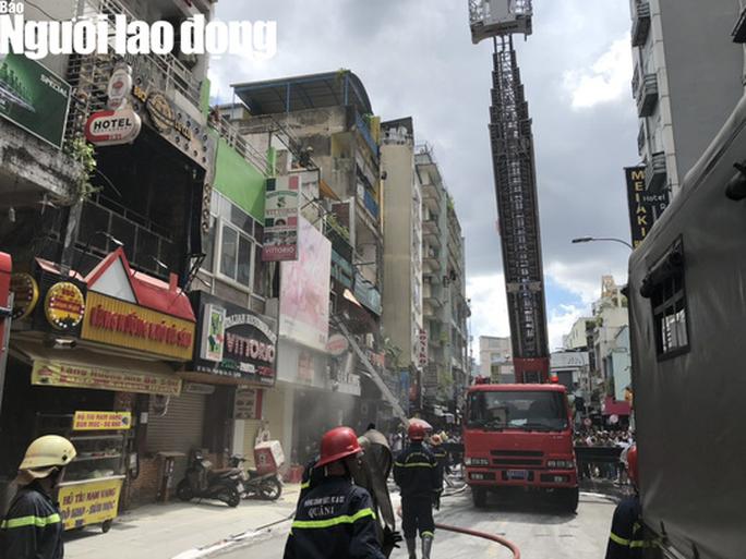 [VIDEO] Giải cứu người mắc kẹt trong đám cháy ở phố Tây Bùi Viện - Ảnh 3.