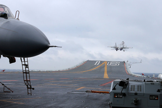 Tàu sân bay Trung Quốc bị chính máy bay nhà cản chân - Ảnh 2.