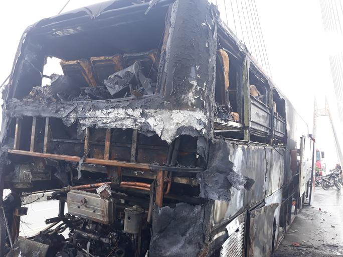 Xe khách giường nằm nổ lách tách rồi phát hỏa cháy rụi trên cầu - Ảnh 3.