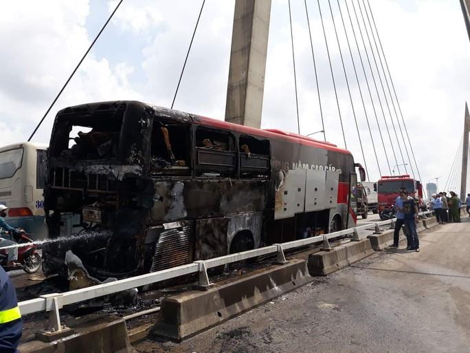 Xe khách giường nằm nổ lách tách rồi phát hỏa cháy rụi trên cầu - Ảnh 2.