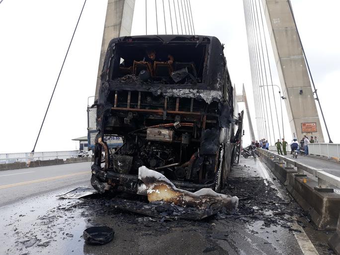 Xe khách giường nằm nổ lách tách rồi phát hỏa cháy rụi trên cầu - Ảnh 4.