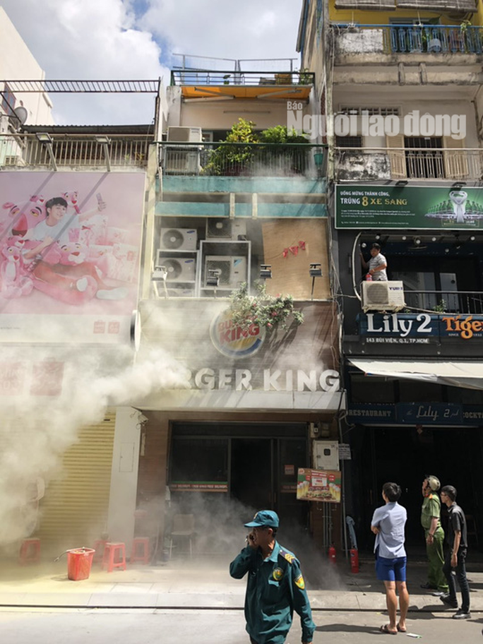 [VIDEO] Giải cứu người mắc kẹt trong đám cháy ở phố Tây Bùi Viện - Ảnh 1.