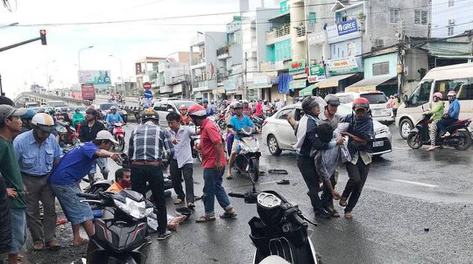 Xe tải càn Quốc lộ 91,  10 người đi xe máy bị thương - Ảnh 1.