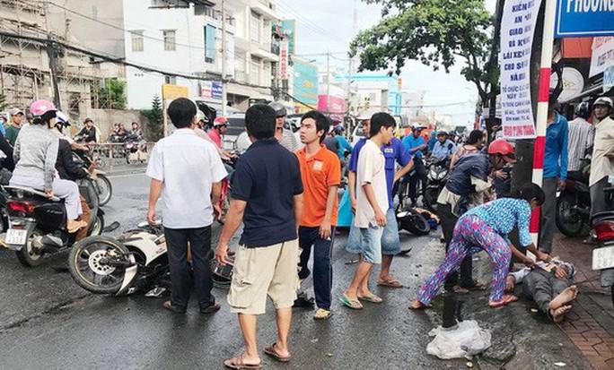 Xe tải càn Quốc lộ 91,  10 người đi xe máy bị thương - Ảnh 2.
