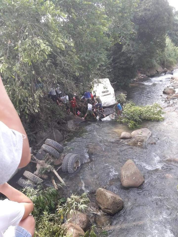 Tai nạn thảm khốc xe bồn tông xe khách xuống vực: 13 người chết, 3 người bị thương - Ảnh 2.