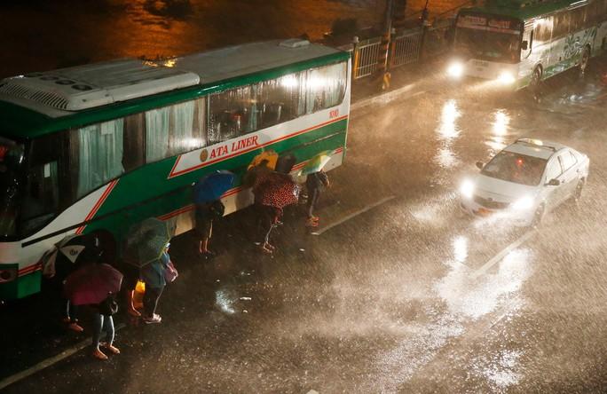 Philippines mở kho gạo bị tịch thu cứu trợ dân trong siêu bão Mangkhut - Ảnh 1.