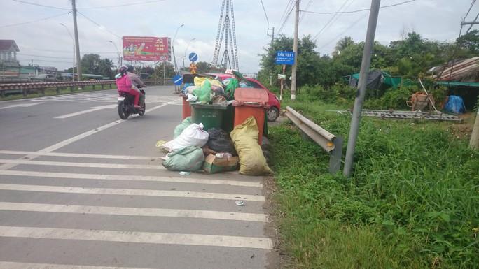 Gom trúng rác độc hại 3 công nhân công trình đô thị cấp cứu - Ảnh 1.