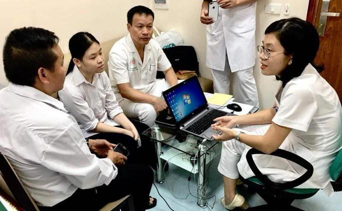Nữ bác sĩ trẻ bất ngờ bị điếc do lây bệnh quai bị từ bệnh nhân - Ảnh 1.