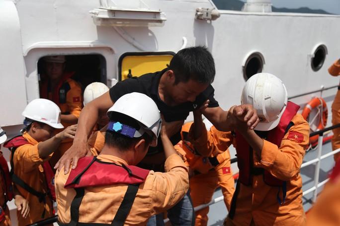 Cả tàu cá 10 ngư dân nguy kịch vì bị ngộ độc giữa biển - Ảnh 2.