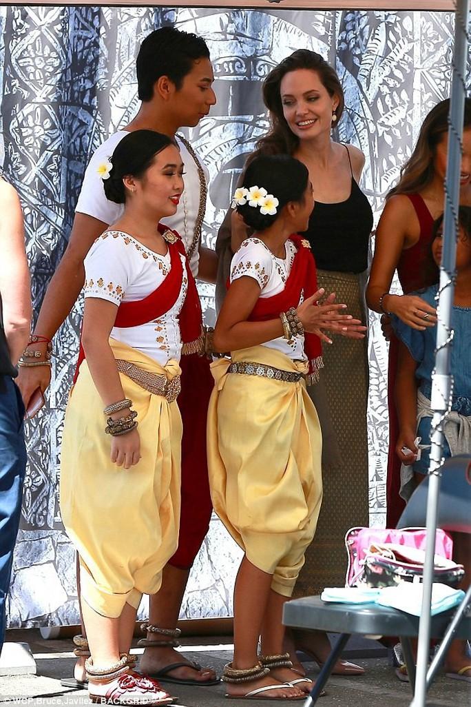 Angelina Jolie hết lòng ủng hộ điện ảnh Campuchia - Ảnh 4.