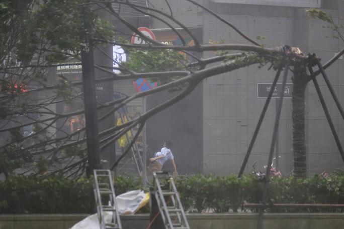[Clip] - Bão Mangkhut xô nghiêng nhà cửa, người già ở Hồng Kông quyết không sơ tán - Ảnh 11.