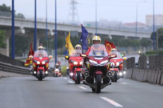 Những chàng lãng tử bên siêu xe mô tô - Ảnh 3.