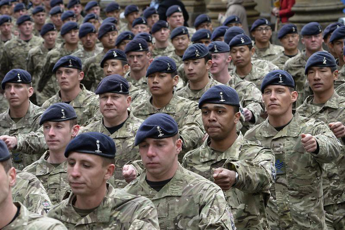 Bộ Quốc phòng Anh bị lộ hóa đơn sốc chi cho binh sĩ sửa ngực - Ảnh 1.