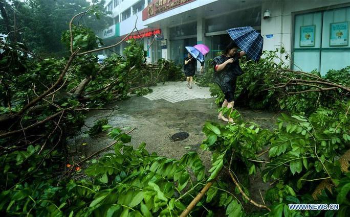 Trung Quốc chống chọi bão Mangkhut, 2 người thiệt mạng - Ảnh 2.