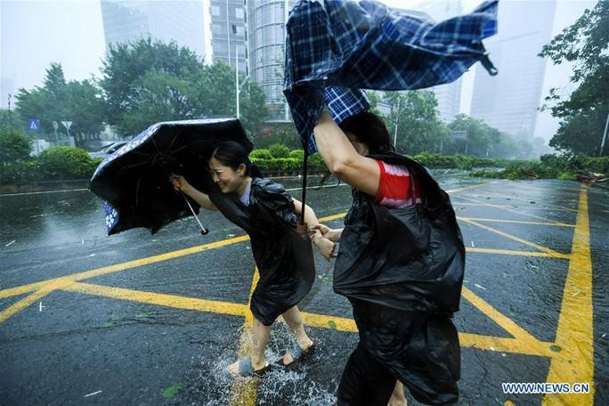 Trung Quốc chống chọi bão Mangkhut, 2 người thiệt mạng - Ảnh 4.