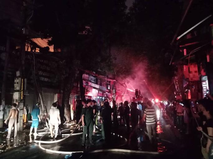 Cháy lớn gần Bệnh viện Nhi Trung ương, khẩn cấp sơ tán bệnh nhân - Ảnh 4.