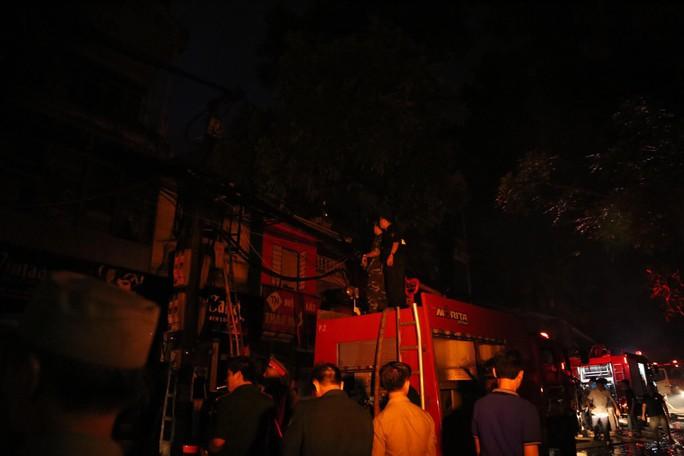 Cháy lớn gần Bệnh viện Nhi Trung ương, khẩn cấp sơ tán bệnh nhân - Ảnh 14.