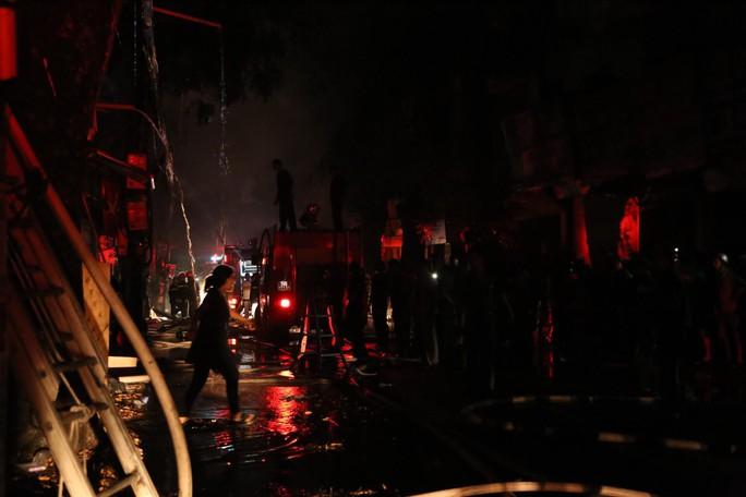 Cháy lớn gần Bệnh viện Nhi Trung ương, khẩn cấp sơ tán bệnh nhân - Ảnh 17.