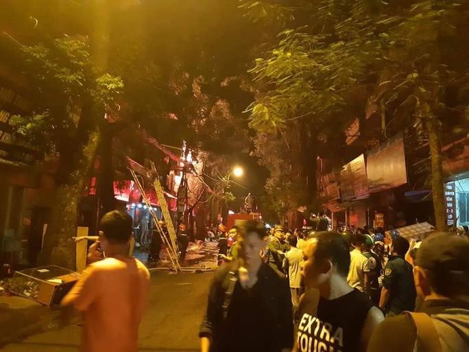 Cháy lớn gần Bệnh viện Nhi Trung ương, khẩn cấp sơ tán bệnh nhân - Ảnh 7.